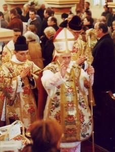 Kardinál Ratzinger (Benedikt XVI.) jde sloužit tradiční Mši svatou