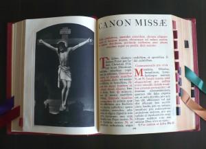 První strana mešního kánonu jasně vyjadřuje, co se ve mši odehrává.