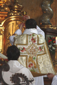 P. Cyprián slouží mši svatou - pozdvihování kalicha.